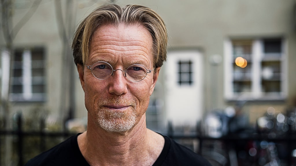 Lägenhet i Stockholm, torp på Arnö och stenhus Spanien – där har Anders Roslund sina hem. Och han känner sig lika hemma överallt.