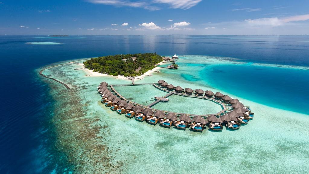 Många av resortens 77 lyxvillor ligger på pålar i vattnet.