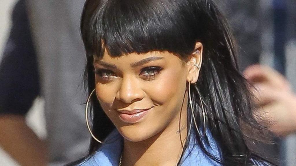 <p>Rihanna tidigare i år med ganska raka markerade bryn.</p>