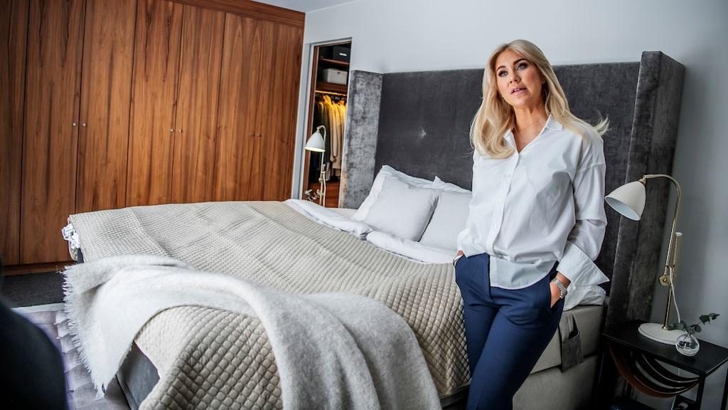 Isabella Löwengrip i sovrummet i Lidingövillan.