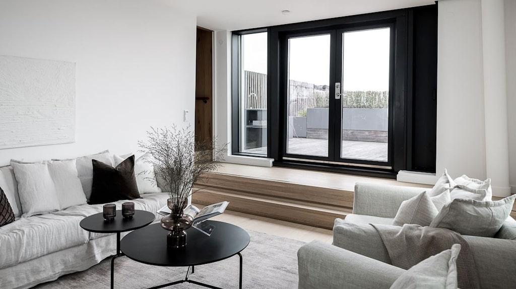 Allrym med utgång till lägenhetens terrass som är på 23 kvadratmeter med exklusivt utekök, utomhusdusch och utrymme för sittgrupp.