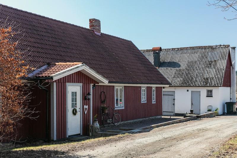 Huset är en klassisk skånelänga med faluröd träfasad och grå knutar.