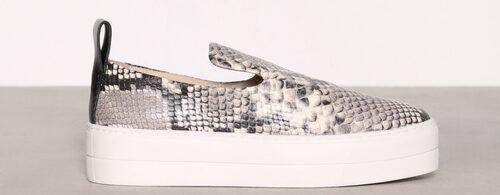 Slip-On i äkta läder från By Malene Birger. Platåsula samt rundad tå,  2 799 kr, Nelly.com.