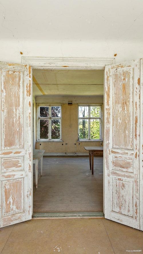 Här finns även en mängd höga parspegel-dörrar bevarade.