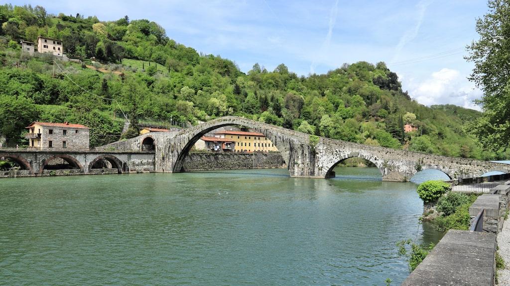 Andra ligger längs pilgrimsleden Via Francigena, här ses den antika Djävulsbron.