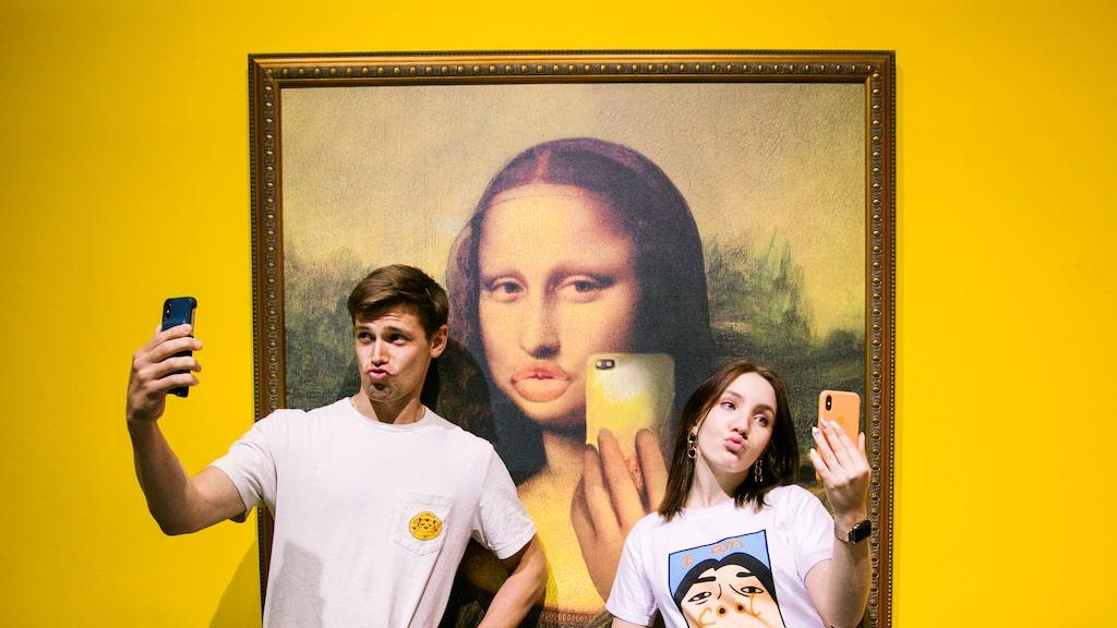 Ta en selfie framför en fillers-variant av Mona Lisa på Museum of Selfies i Las Vegas.