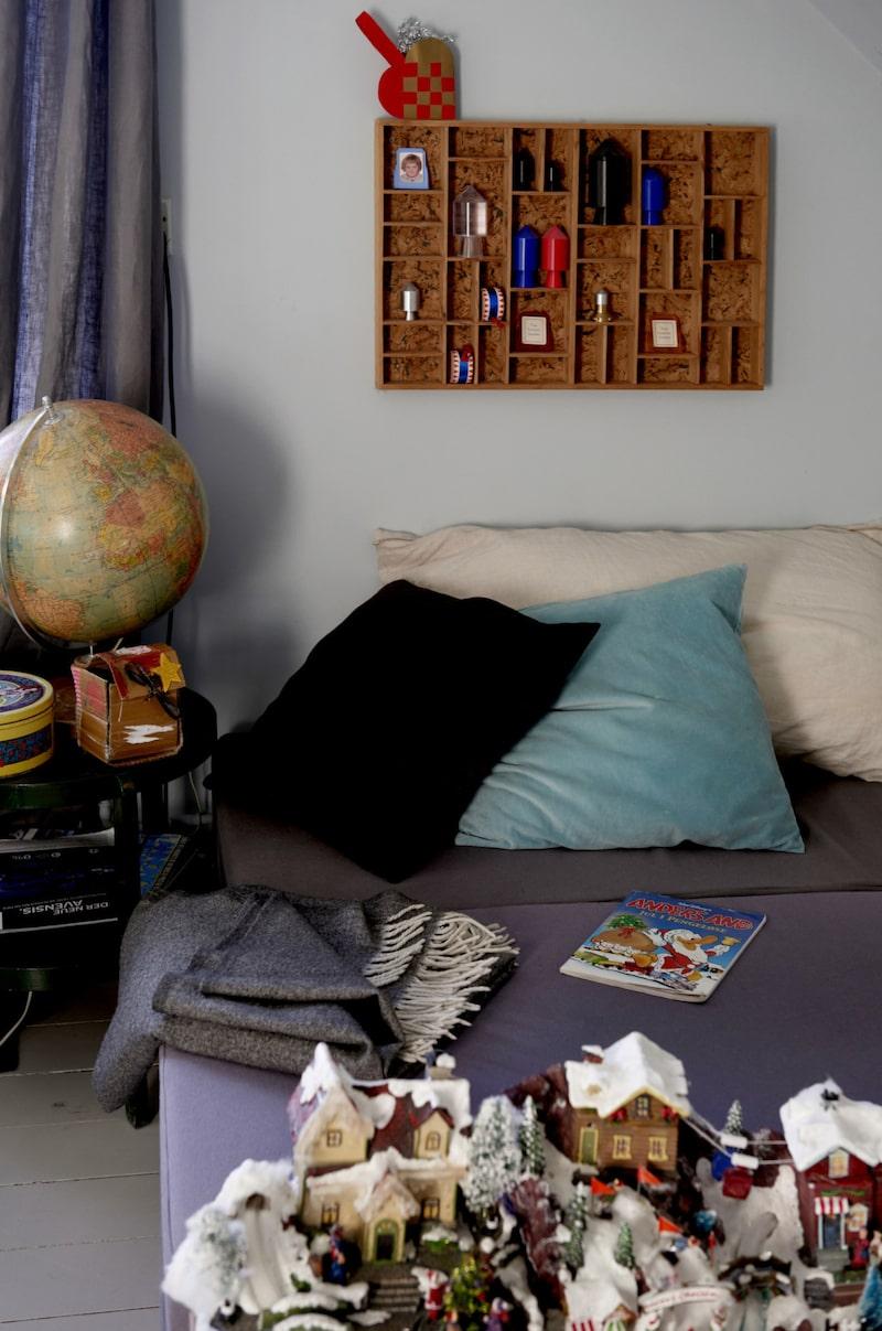 Mysiga textiler och trädetaljer i Magnes rum.