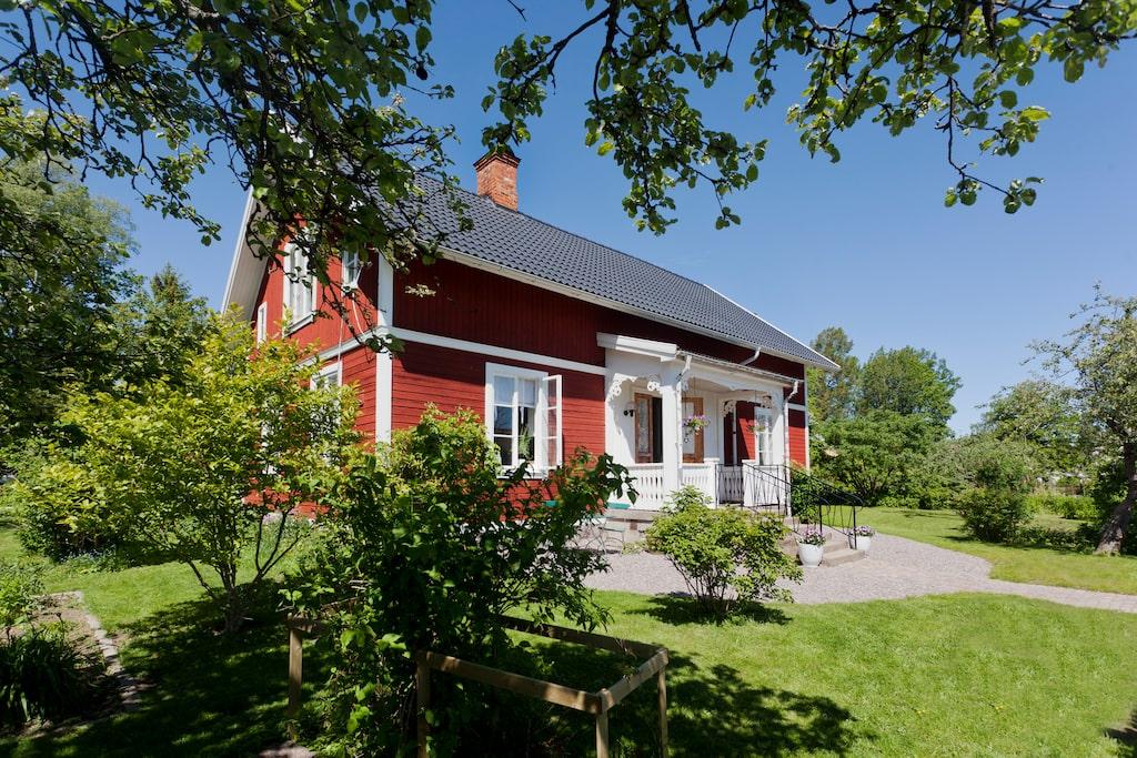 Huset är byggt 1914 och ligger i Fjugesta utanför Örebro.   Staket och grind har Johan snickrat och målat själv.