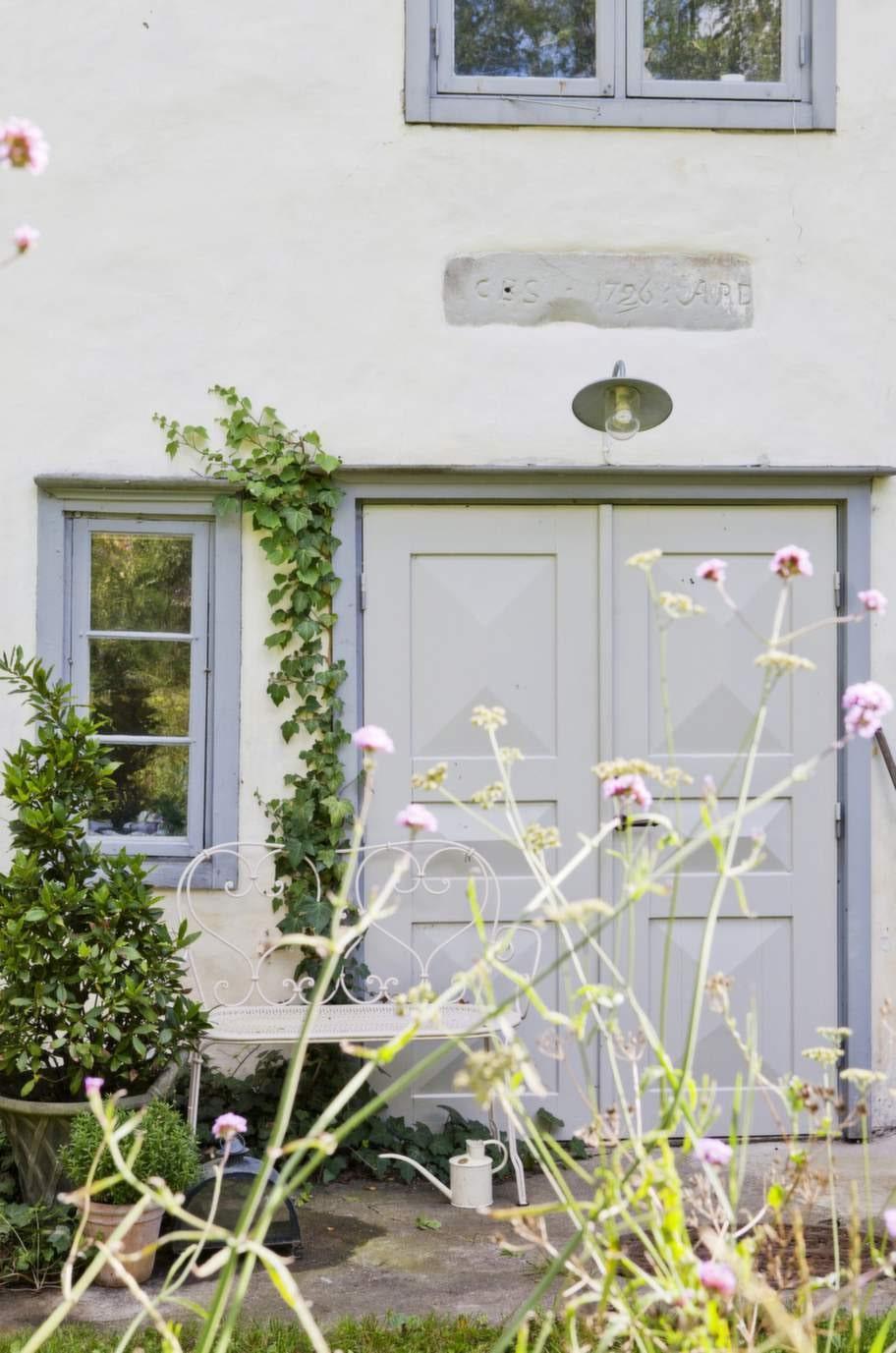 Fönster och dörrar på den gotländska gården är målade i en vacker blågrå färg.