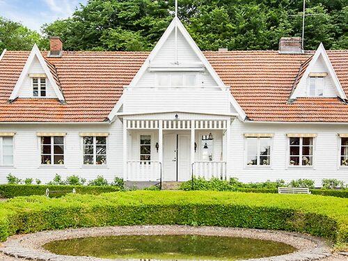 På den 15 000 kvadratmeter stora tomten ligger bland annat ett stort bostadshus från 1903 i New England-stil.