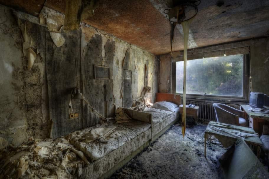 Taklampan har smält i det här gamla hotellrummet.