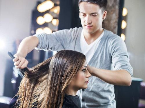 Borsta håret när det är oredigt. Inte annars.