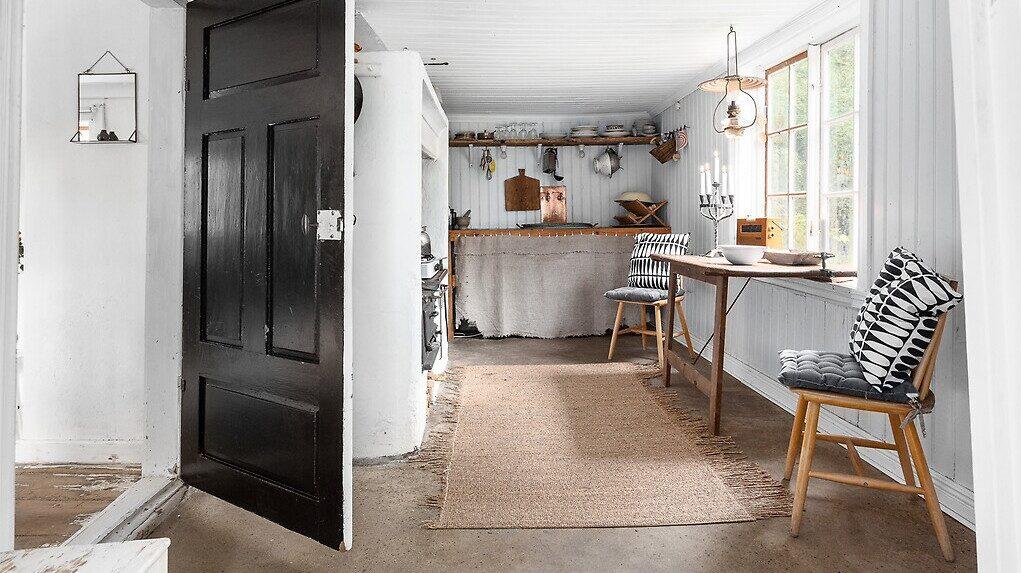 Ett gulligt litet kök med lågt i tak.