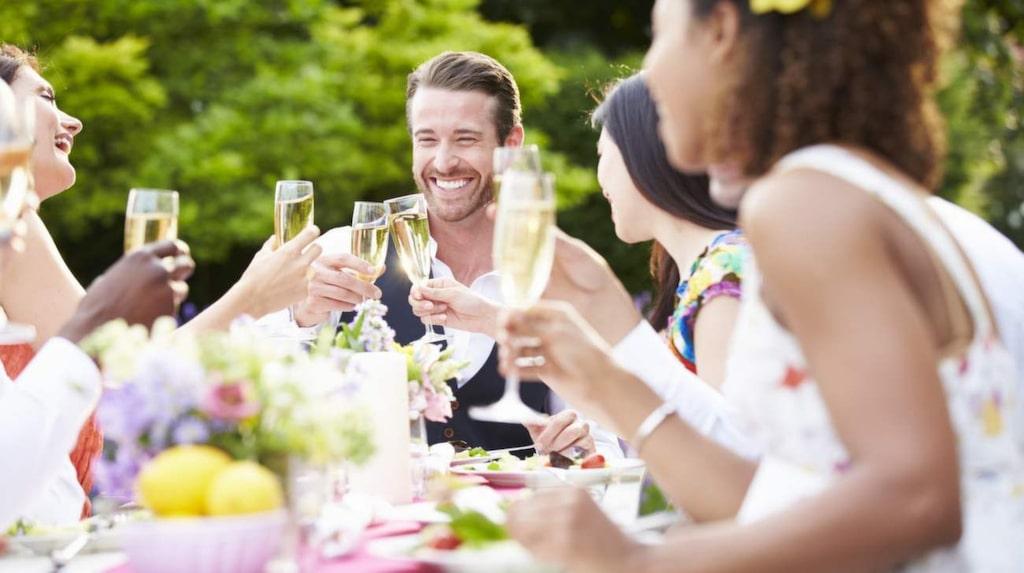 Välj smart bland drinkarna i sommar – ett bra riktmärke är att hellre dricka ett glas vitt än en söt drink.