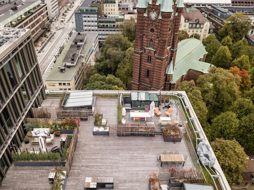 Lägenheten ligger i intill Klara kyrka och mittemot Stockholms central.