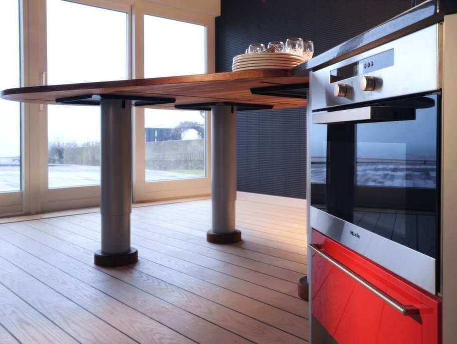 Ett modernt kök har alla typer av ugnar specialgjorda för brödbak och stekar. Vitvaror från Miele.