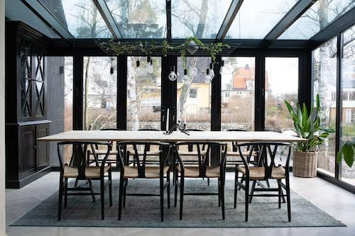 En tillbyggnad i glas som fungerar som matsal. Den är isolerad och kan användas året om. Ljusinsläppet är fantastiskt, enligt Pierre.