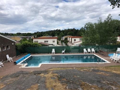 Radhus som delar pool med grannarna.