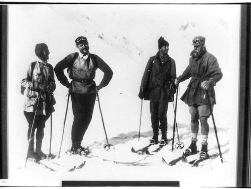 Författaren och äventyraren Ernest Hemingway med vänner i Alperna under tidigt 1900-tal.