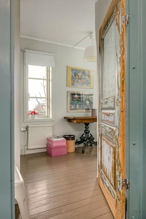 Huset från 1850 har flera vackra detaljer, som den gamla dörren som leder in till ett av de många sovrummen.