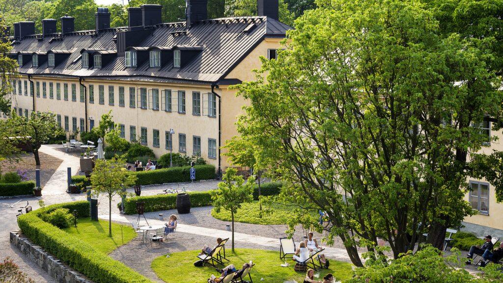 Hotel Skeppsholmen är ett av Stockholms bästa hotell, i underbar miljö. Inredningen av Claesson Koivisto Rune är modern och ganska avskalad.
