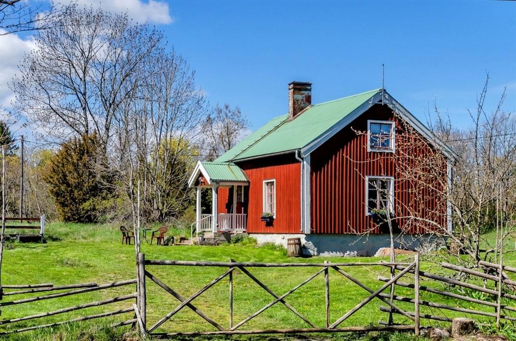 Huset ser ut som vilken annan röd stuga som helst, men på insidan döljer sig något annat.