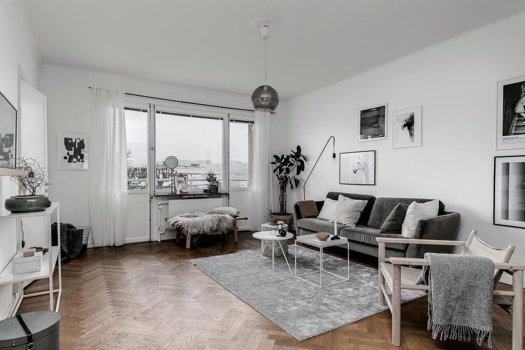 Vardagsrummet har stort fönsterparti med strålande utsikt mot kanalen och city. Rummet är lättmöblerat och har gott om plats för större soffmöblering, tv-möbel och ytterligare förvaring. Utgång till den större balkongen.