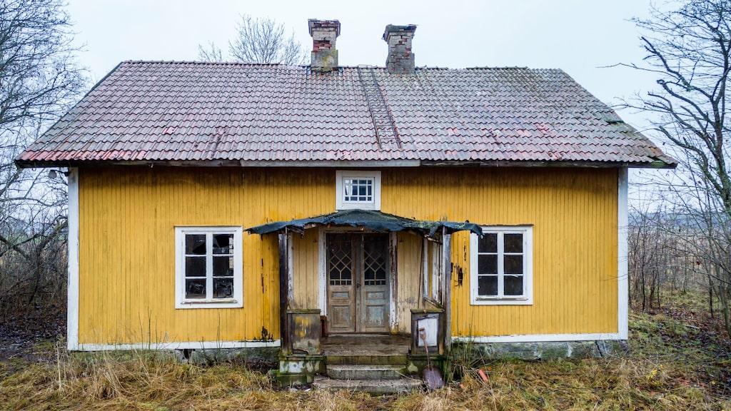 Det gula huset ligger i Ekeby, Kumla. Till huset hör en stor gård. Allt har stått tomt i nästan 30 år – men nu är det till salu.