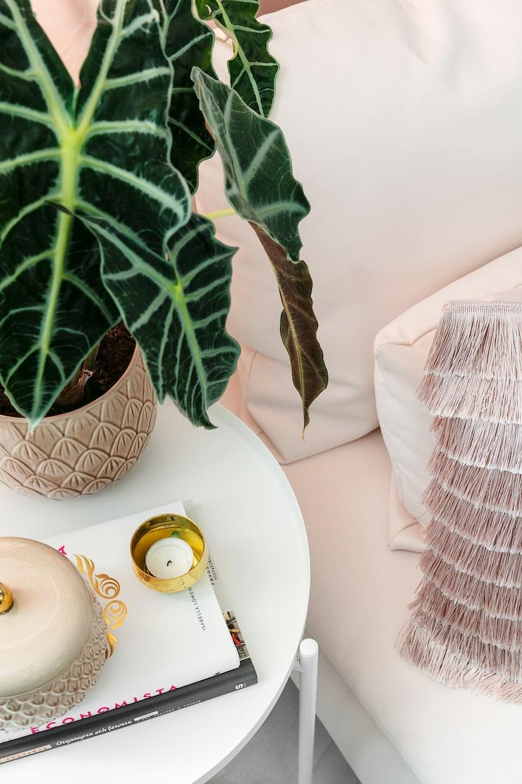 Mässing och rosa är två favoriter. Kruka, burk och kudde från H&M Home. Ljuskopp, Skultuna.