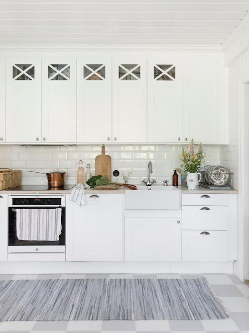 Köket har renoverats i härlig lantlig stil. Köket från Marbodal matchas med en schackrutigt plastmat i grått och vitt.