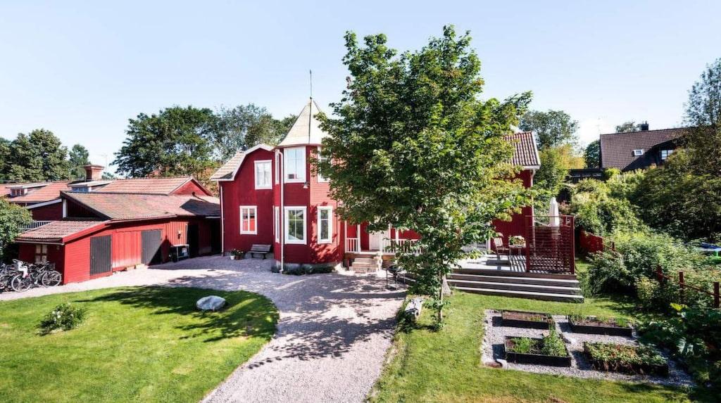 3,9 miljoner kronor kostar huset, som har en fin och lummig trädgård.