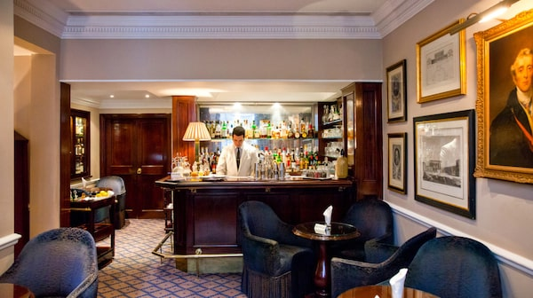 Är det någonstans du ska unna sig en välblandad martini så är det på Dukes Bar.