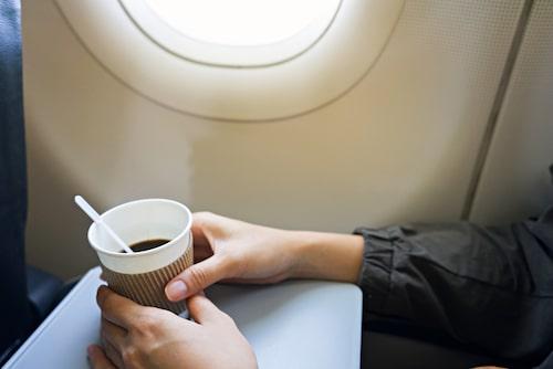 Kaffe gjort på vatten från flygplanets vattentankar går bort för Gilbert.