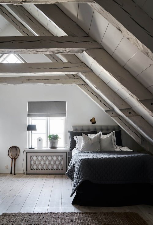 Ett av två (eller tre) sovrum på andra våningen. Takbjälkar och gedigna plankor på golvet.