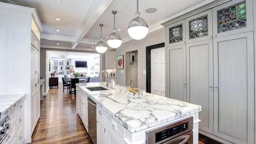 Köksön är klädd i vitgrå marmor, ett material som återkommer på flera ställen i huset.