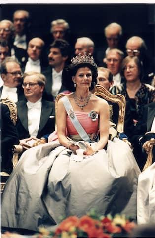 2dd727a7d287 Drottning Silvia på Nobelfesten 1995. Foto: JAN COLLSIÖÖ/TT / TT  NYHETSBYRÅN PRESSENS BILD. Tidningen skriver att kronprinsessan sällan bär  ...