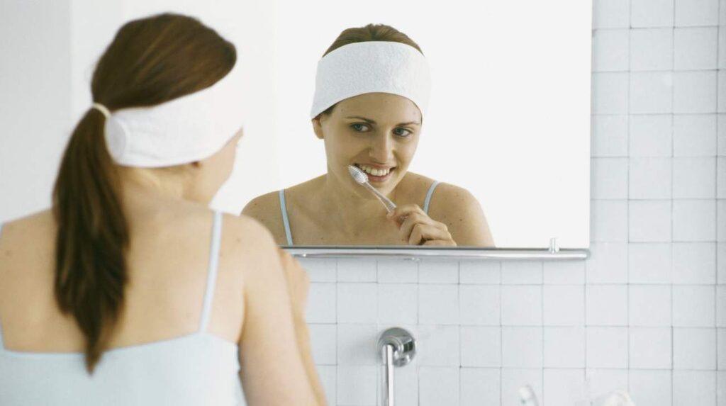 De minuterar du borstar tänderna gör du ju inte mycket annat än att stirra på din egen spegelbild. Använd den tiden till att göra saker som att ta göra rent i och på handfatet, plocka hår och damm etcetera.