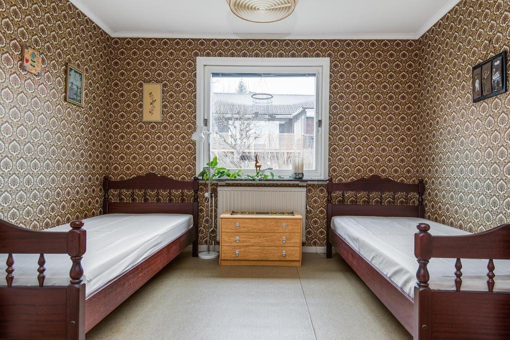 Sovrummet har två enkelsängar och här går allt i brunt.