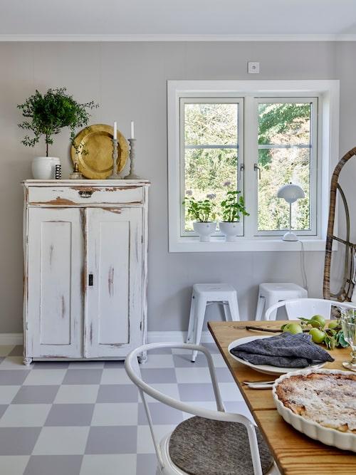 Hemma hos Hanna och Joachim är den röda tråden grå. Paret har inrett sitt hem med en mix mellan gammalt och nytt. I matrummet samsas det gamla skåpet och slagbordet med nytillverkade plåtstolar från Tolix.