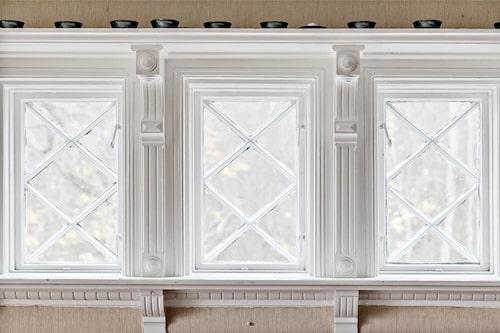 Munblåsta fönster är bara en av många bevarade detaljer villan har att erbjuda.