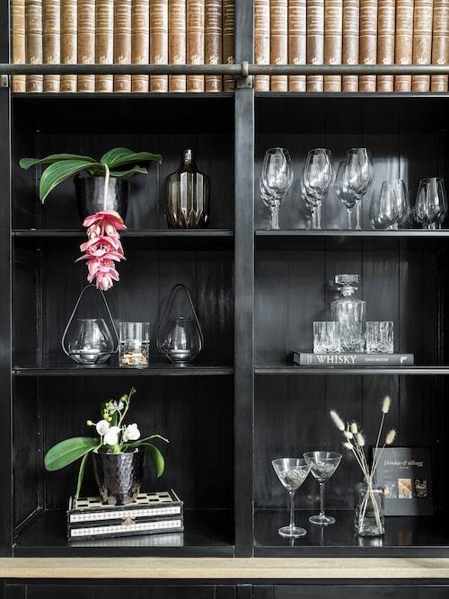 Whisky är en liten passion för Anders vilket märks på både böcker och glas i bokhyllan. Bokhylla, Artwood.