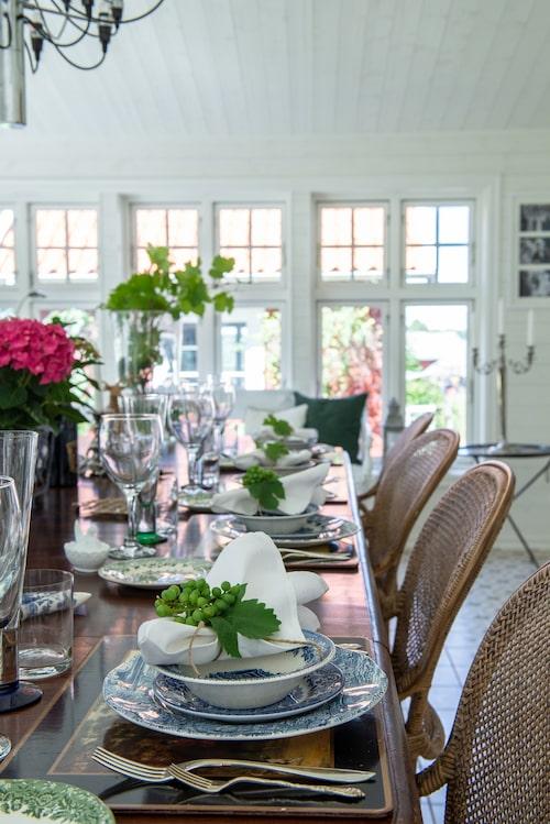 Dukat för familjefest. Glas, Reijmyre glasbruk. Porslin English Scenery Wood & sons. Besticken är arvegods. Druvorna växer i familjen växthus.