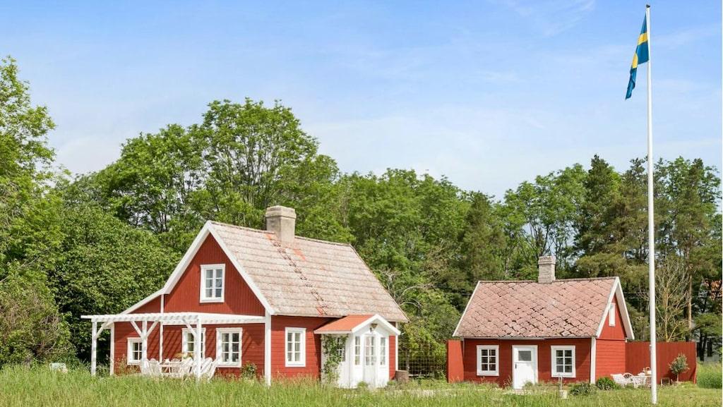 Huset från 1700-talet som snarare kan kallas för mindre gård, ligger precis vid strandssocken på östra Gotland.