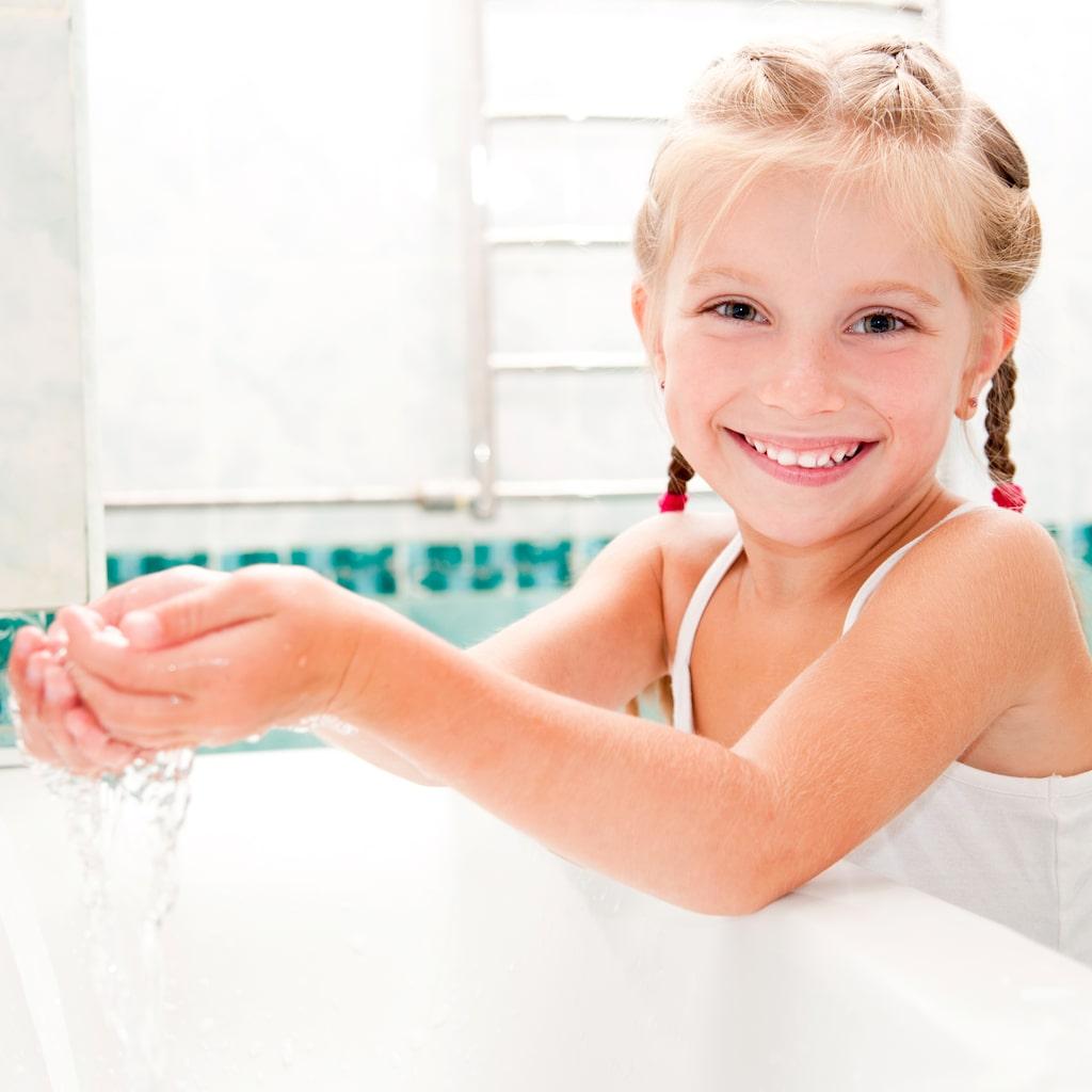Ett av råden är att tvätta händerna med tvål och vatten efter toabesök och före måltider.