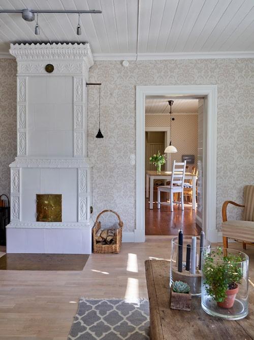 Den gamla vackra kakelugnen är som ett smycke och ger stor mysfaktor i vardagsrummet. Dessutom värmer den gott på vintern.