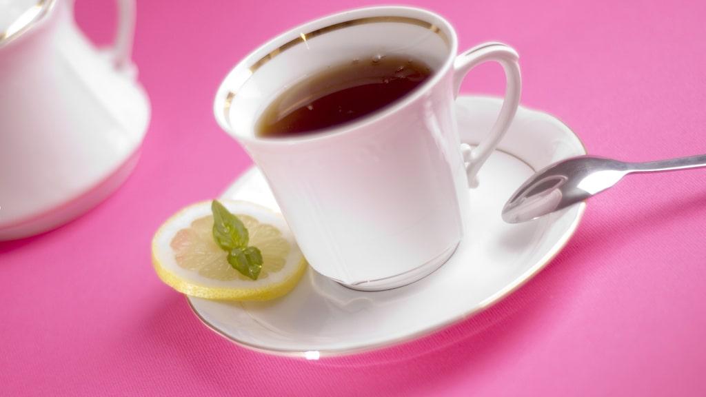 Slå två flugor i en smäll. Drick en god och nyttig kopp pepparmynta-te och sedan låter du tepåsen skrämma de ovälkomna gästerna på flykt.