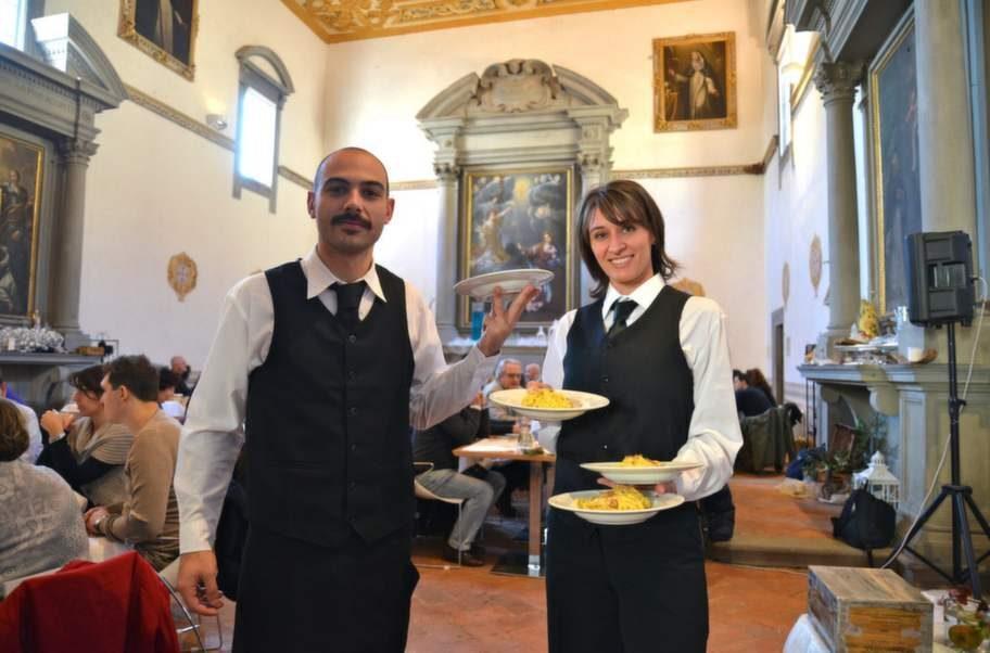 Stadens egen paradrätt: tagliolini med riven vittryffel. Här serveras den i klosterkyrkan som blivit matsal, i Hotel San Miniato.