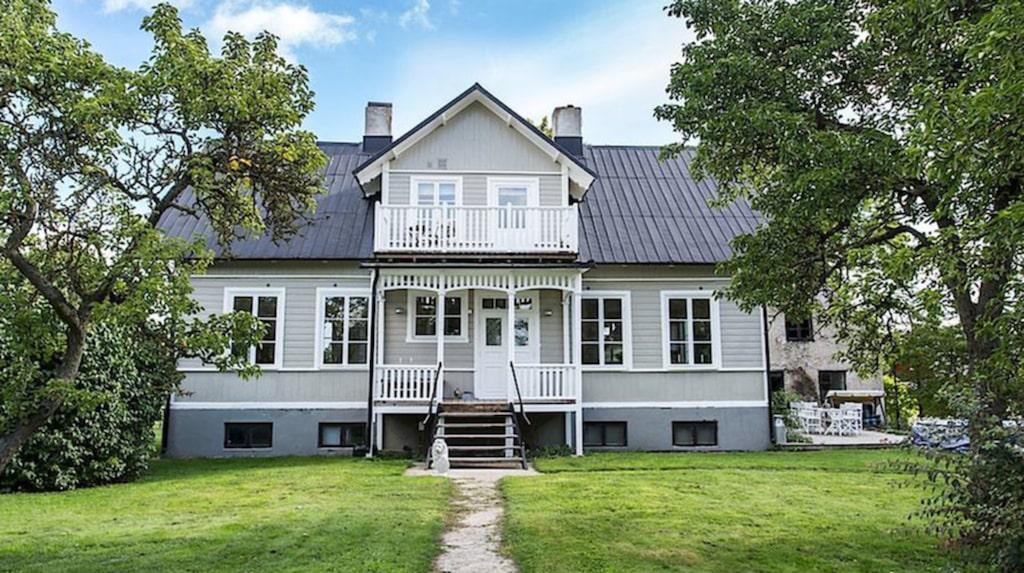 Den stora gården i Ekeby på Gotland ligger ute till försäljning.