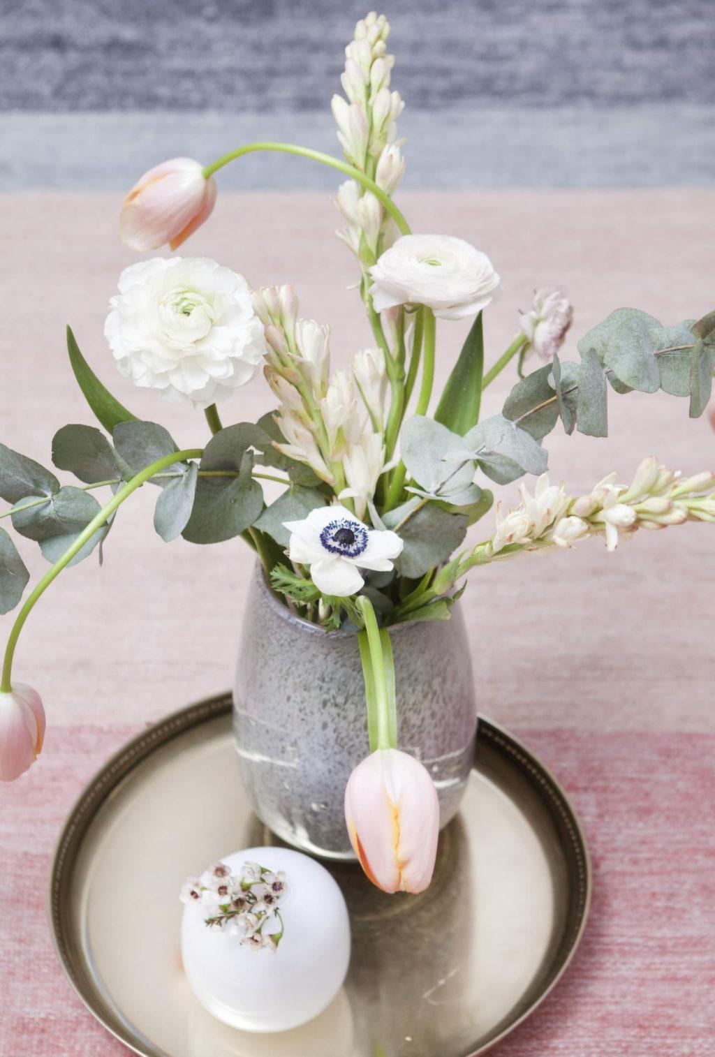 Vas, 750 kronor, Dis inredning. Vit vas, 995 kronor för två, Gallery Pascale. Mässingbricka, 299 kronor, Cozy living.