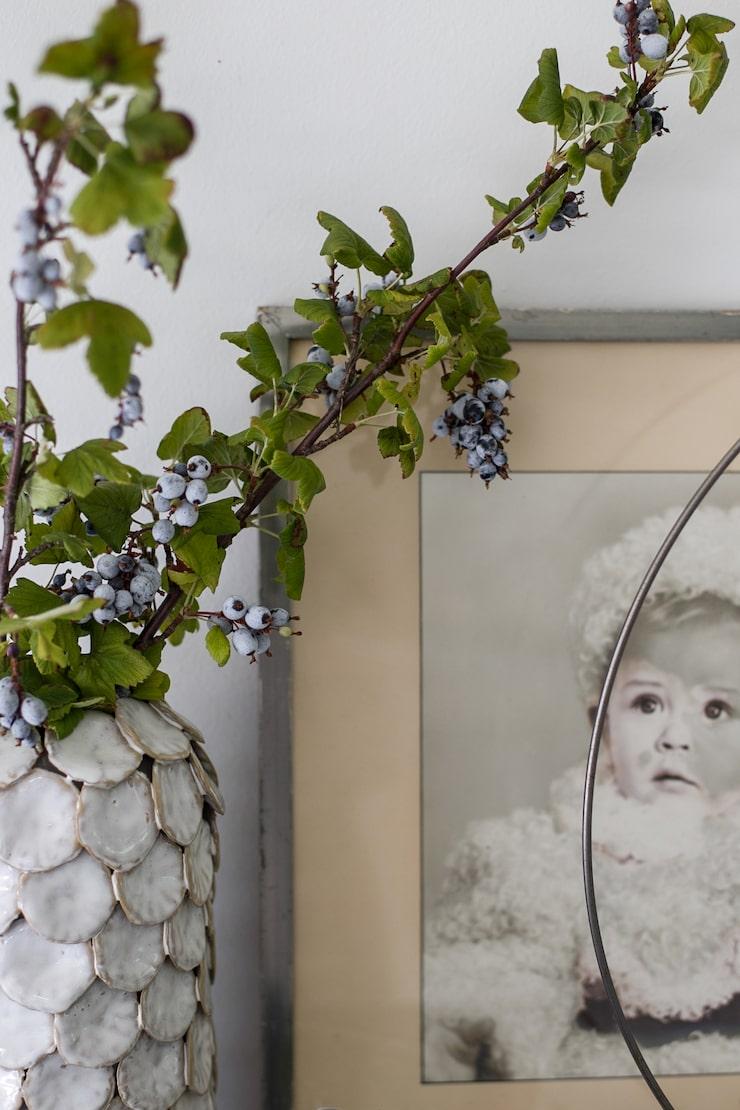 I vasen från Housedoctor står oftast kvistar eller blommor från trädgården. Intill hänger ett barndomsporträtt av Mikaels pappa.